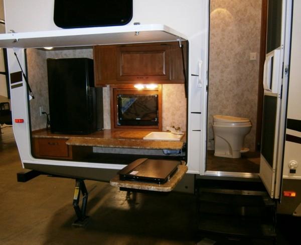 Zunanja kuhinja s televizorjem; pa direkt na skret
