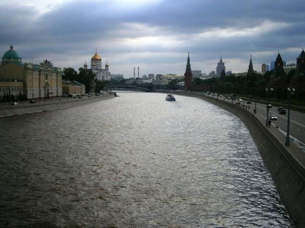 Reka Moskva, desno Kremelj, zadaj levo