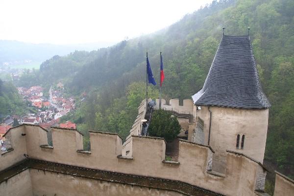Pogled na kraj Karlštejn iz gradu