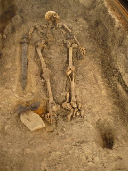 Grob bojevnika z mečem iz 9. stoletja