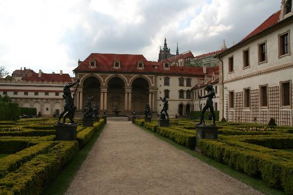 Valdštejnsky palac z replikami skulptur Adriana de Vriesa