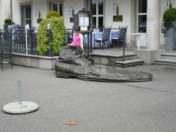 Tudi v Švici se na ulici najde kakšen zavržen pošvedran čevelj