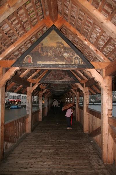 Kapellbrücke s slikami o mestu in meščanih