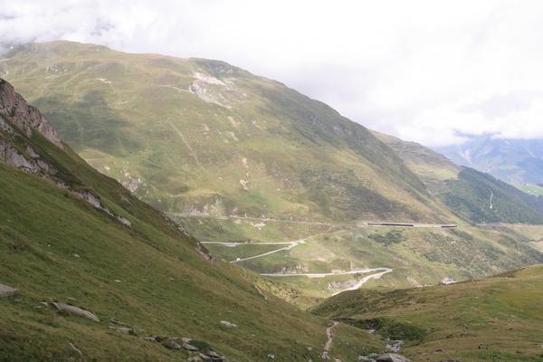 Cesta v dolino pelje po pobočju Calmuta