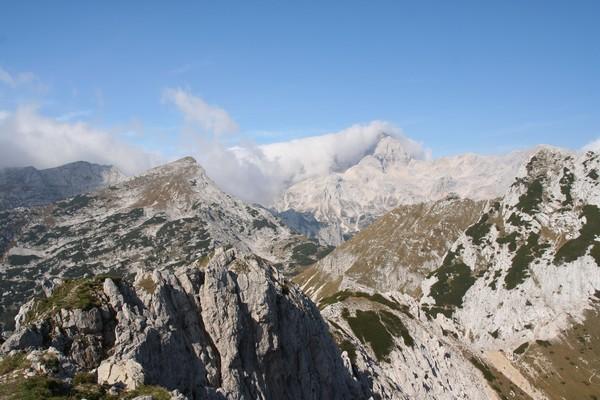 Veliki Draški vrh, greben proti Srenjskemu prevalu in pobočja Malega Draškega vrha ter Triglav v ozadju