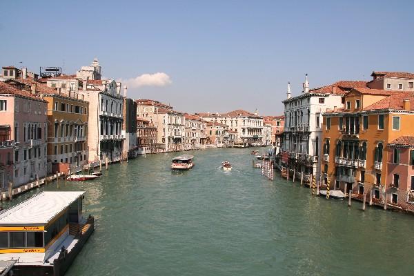 Pogled na Canal Grande iz mostu Accademia