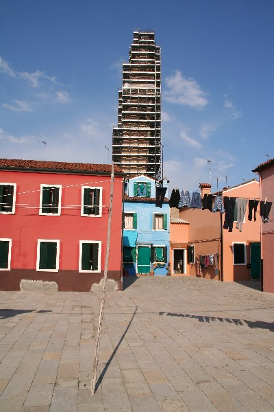 Nagnjeni zvonik cerkve in buranske gate