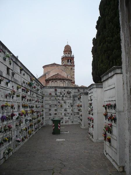 Grobovi ter cerkev sv. Mihaela