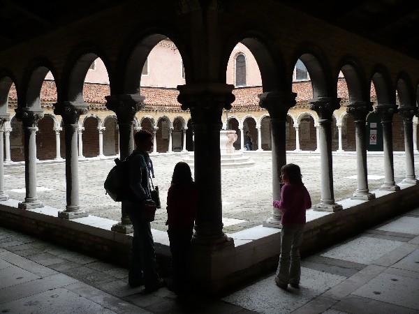Hodnik in dvorišče pred cerkvijo sv. Mihaela