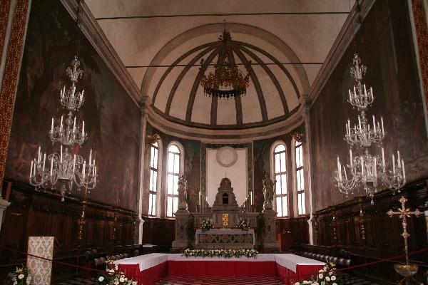 Lestenci v cerkvi S. Pietro Martire so mojstrstvo domačih steklarjev