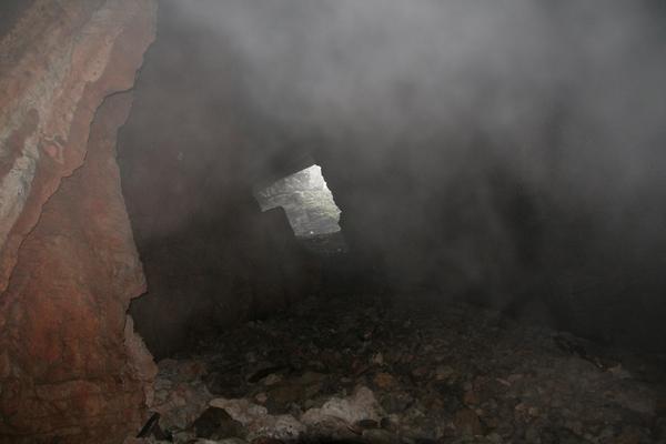 Pogled iz dna jame