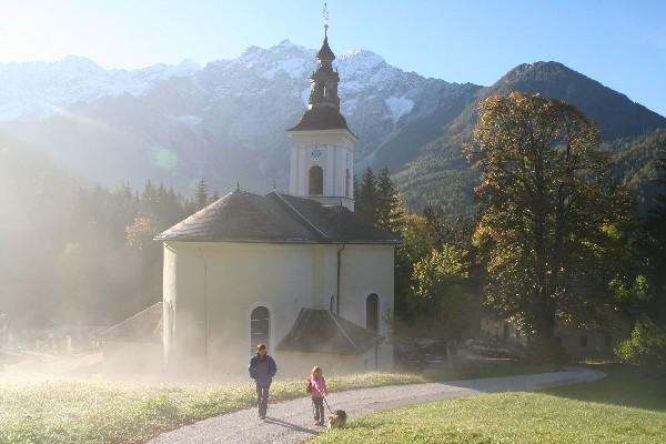 Pri cerkvi so se meglice že razkadile