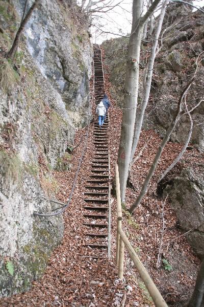 Strme stopnice pripeljejo na rob stene