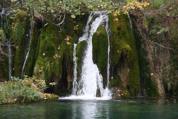 Slap teče preko mahu v jezero