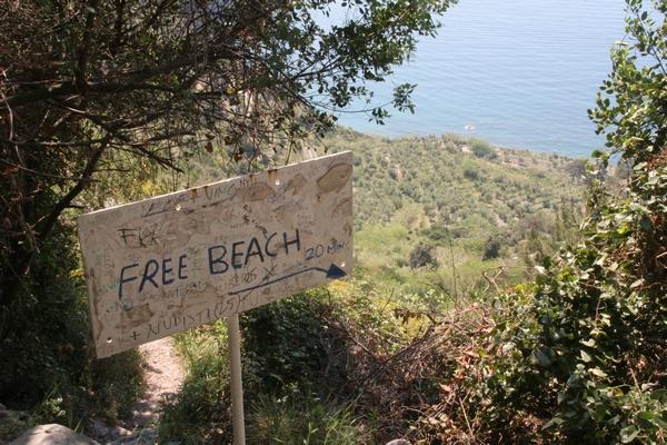 Sanjska plaža z lepotno napako
