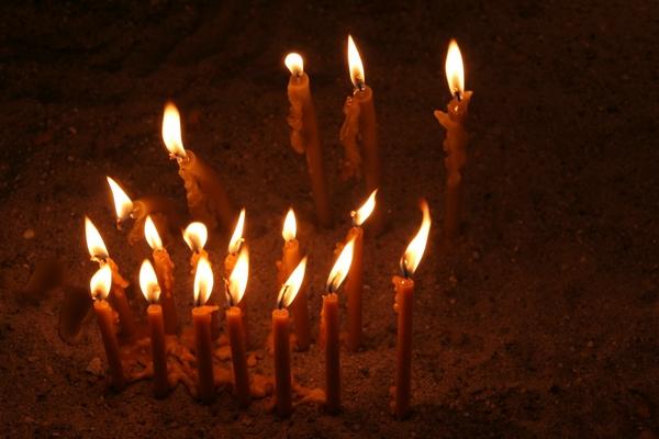 Svečke v cerkvi sv. Save