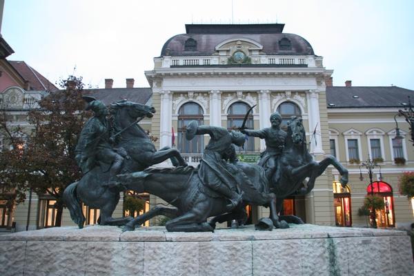 Spomenik herojem boja poti Turkom pred mestno hišo