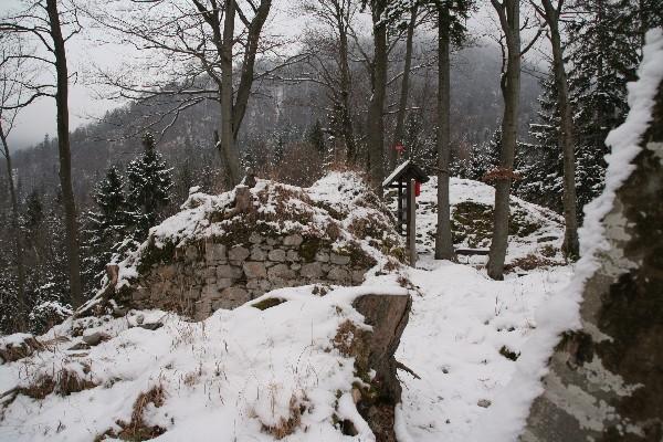 Grad leži pod pobočji Jakoba