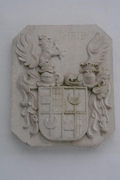 Grb na steni gradu Hrib