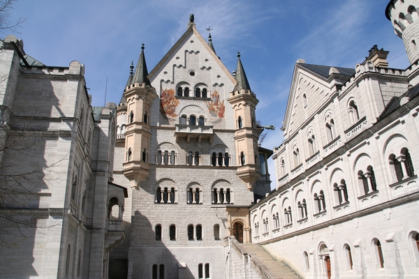 Na notranjem dvorišču dvorca