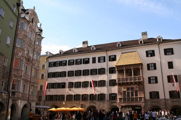 "Helblinghaus levo in ""zlata streha"" na Neuhofu"