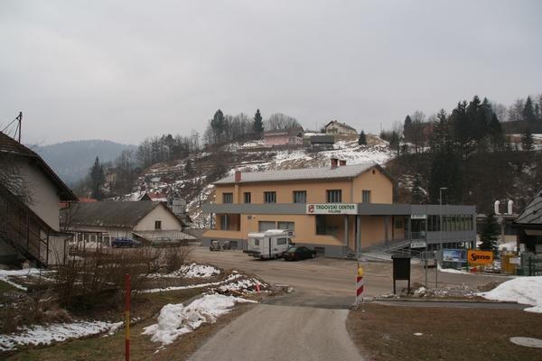 Trgovski center Poljane in odcep ceste proti vasi Smoldno