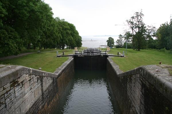 Barke se dvigajo iz jezera ali spuščajo proti njemu