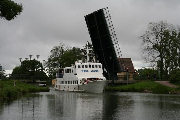 Potniška ladjica pod dvižnim mostom