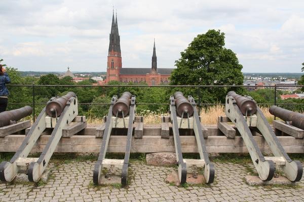 Topovi na gradu so usmerjeni proti katedrali