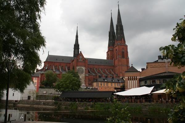 Pogled na katedralo od potoka