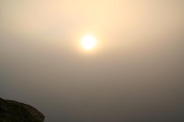 Polnočno sonce je zakrila megla