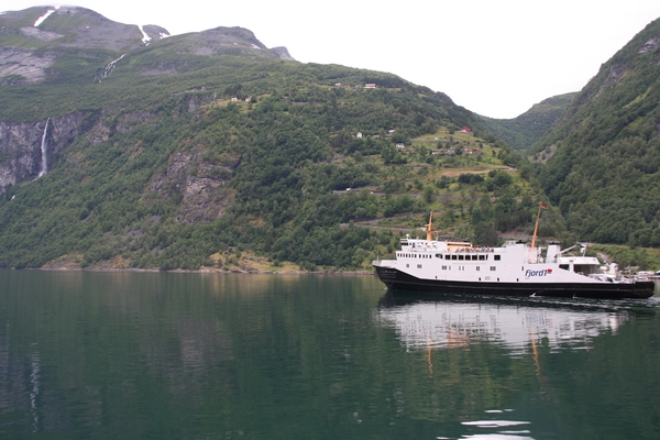 Pogled na ladjo in serpentine poti do Geirangerja