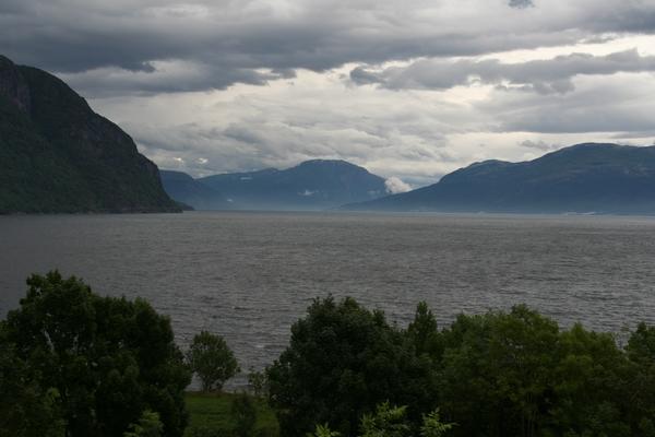 Ob Hardangerfjordu