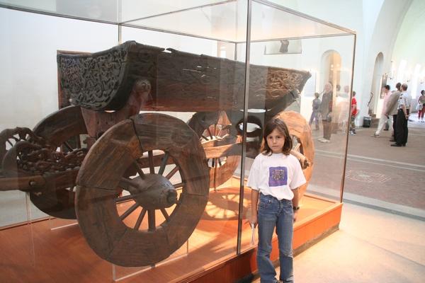 V enem izmed grobov so našli tudi čudovit voz