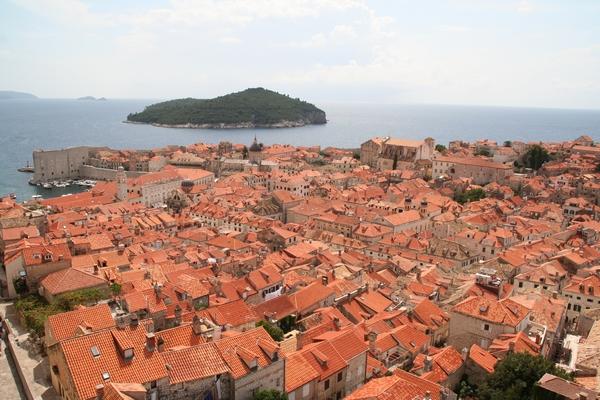 Pogled čez mestne strehe proti Lokrumu