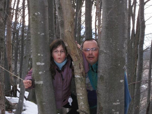 Na vrhu nas je drevje stisnilo medse