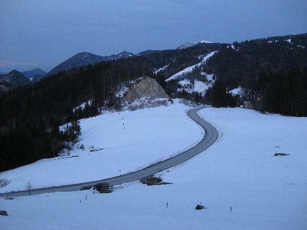 Cesta proti Tuškovemu griču in smučišče Cerkno