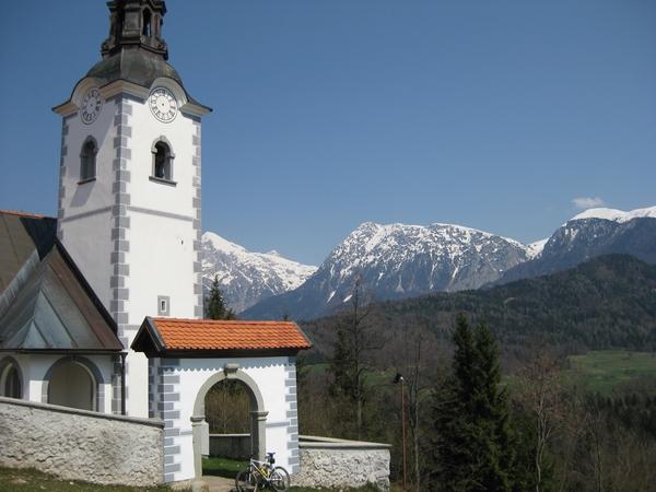 Sv. Štefan na Štefanji gori, v ozadju Grintavec, Kalški greben in Zvoh