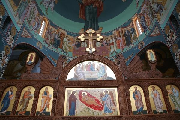 Notranjost cerkve v svežih barvah