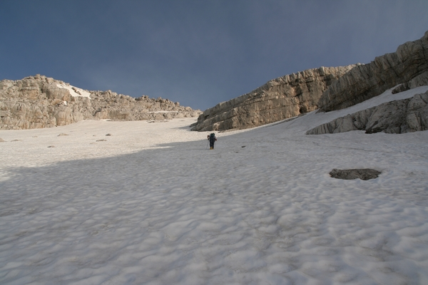 Snežišče pod grebenom med Zadnjo in Veliko Mojstrovko