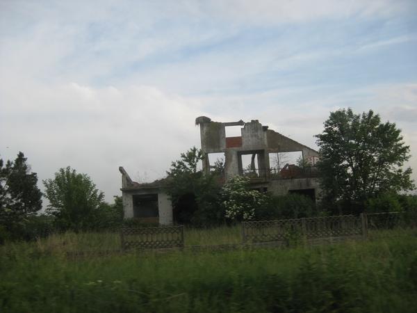 Razrušena hiša v bližini minskih polj