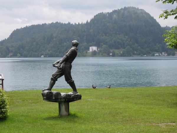 Blejski veslač z bronastimi mišicami vesla na Stražo