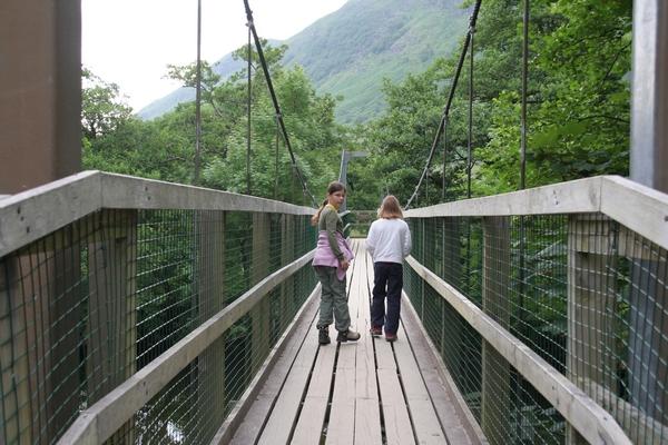 Pot se začne preko visečega mostu