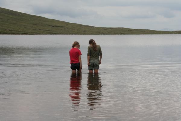 Hlajenje nog v jezeru Meall