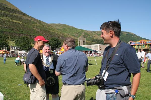 S predsedujočim Provost Derekom Stewartom in fotografi