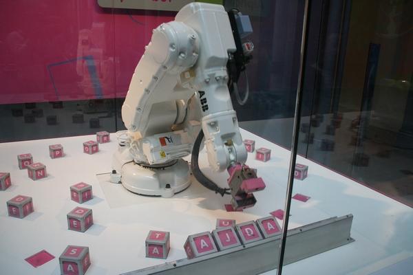 Ta robot nas pa pozna!
