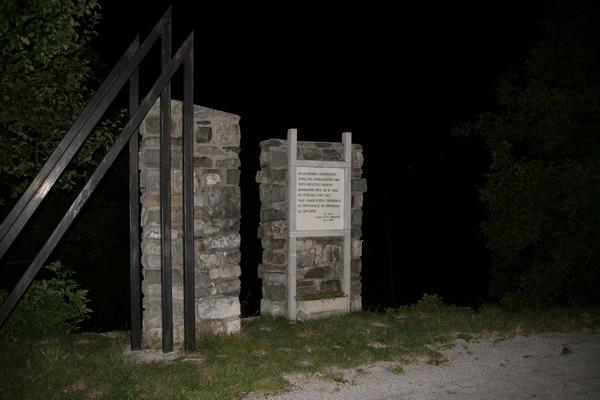 Spomenik v Počah