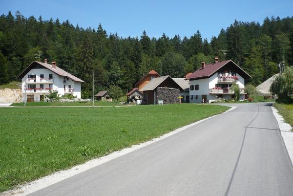 Križišče v vasi Dole
