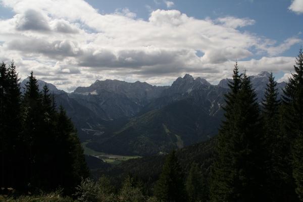 Pogled iz Peči na venec gora nad Tamarjem