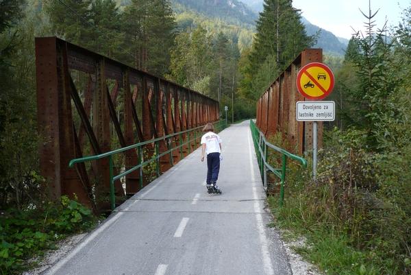 Čez most še dandanes topotajo kolesa...
